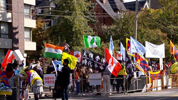 2020年10月1日,藏人、維吾爾人、哈薩克人、香港人、台灣人和中國民主活動人士在加拿大多倫多的中領館前,一起參加全球行動日,呼籲各國政府反對中共對自由、民主和人權的壓制。(新唐人電視台)