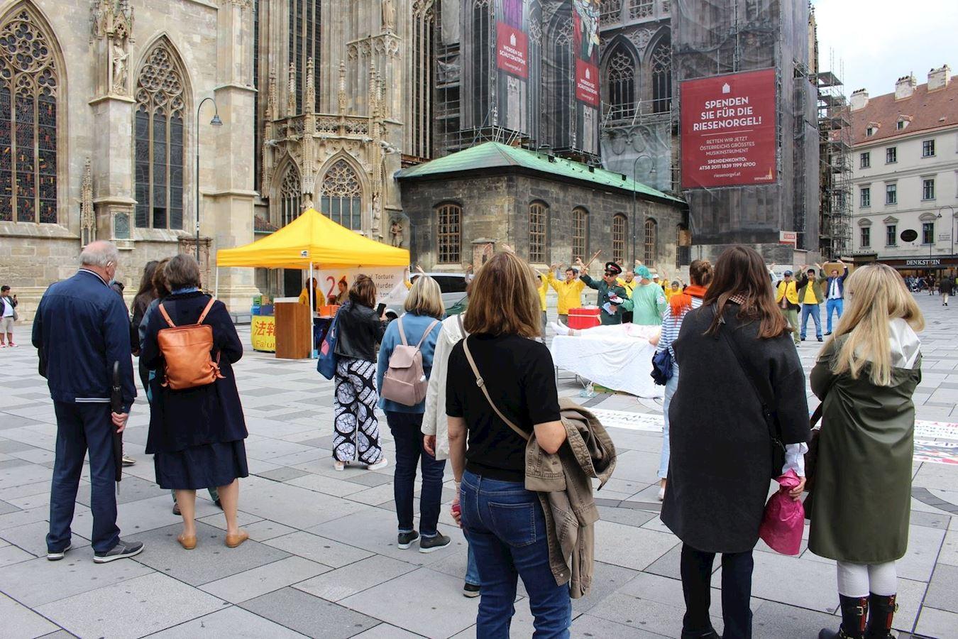 2020年7月18日,奧地利法輪功學員在維也納舉行的活動吸引了很多民眾的注意。(明慧網)
