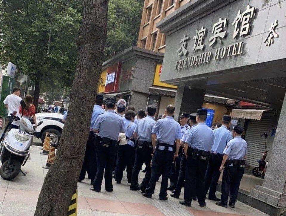 2020年7月24日,中共公安武警包圍、監視美國駐成都總領事館。(網傳圖片)