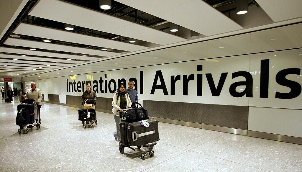 圖為3月27日,從香港抵達英國倫敦的航班。(EDMOND TERAKOPIAN/AFP via Getty Images)