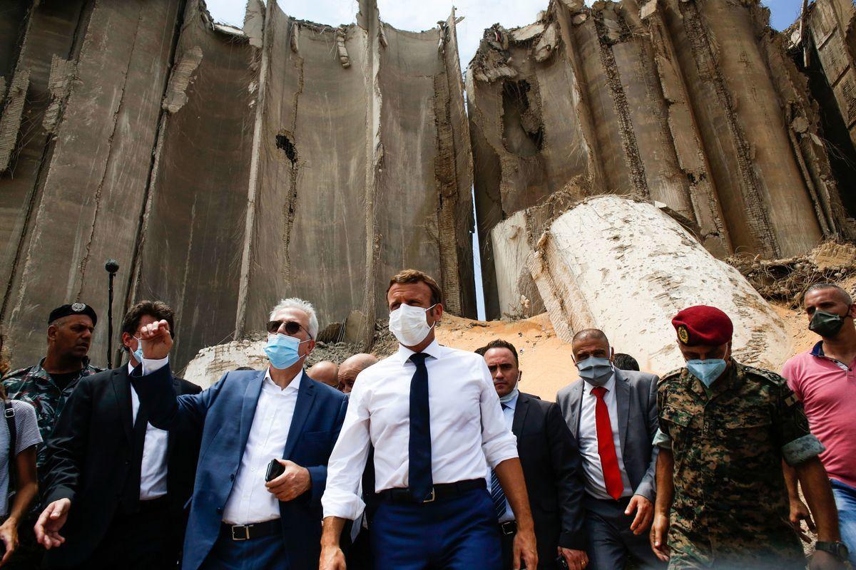 2020年8月6日,法國總統埃曼紐爾・馬克龍(Emmanuel Macron)到訪兩天前經歷大爆炸的黎巴嫩,並呼籲對該國提供援助。(THIBAULT CAMUS/POOL/AFP via Getty Images)