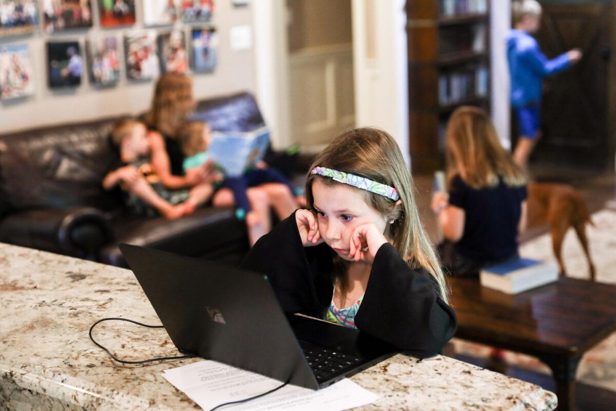 自2020年3月以來,擁有六個孩子的Greszler一家,忙於在家工作和上學。(Charlotte Cuthbertson/The Epoch Times)