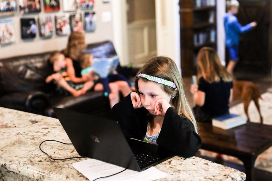 大紀元調查:美國孩子落後 家長盼學校全面開放