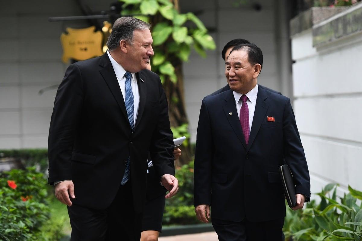 北韓領導人金正恩(Kim Jong-Un)本周到俄羅斯與普京總統舉行峰會,眼尖的媒體注意到他沒有帶著得力助手金英哲(Kim Yong Chol,圖右)。圖左為美國國務卿邁可‧蓬佩奧(Mike Pompeo)。(PSAUL LOEB/AFP/Getty Images)