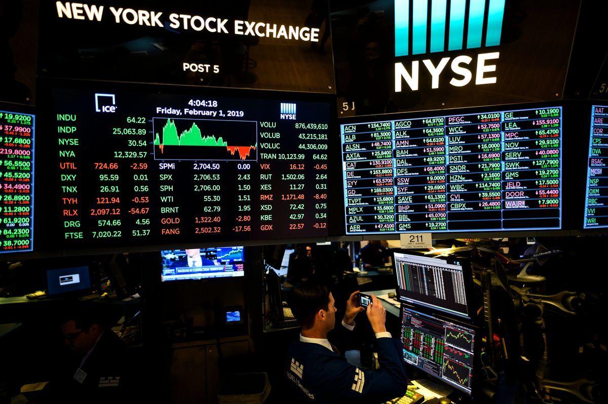 2019年2月1日,紐約證券交易所(NYSE)收盤後,一名交易員在屏幕上拍照。(JOHANNES EISELE/AFP/Getty Images)