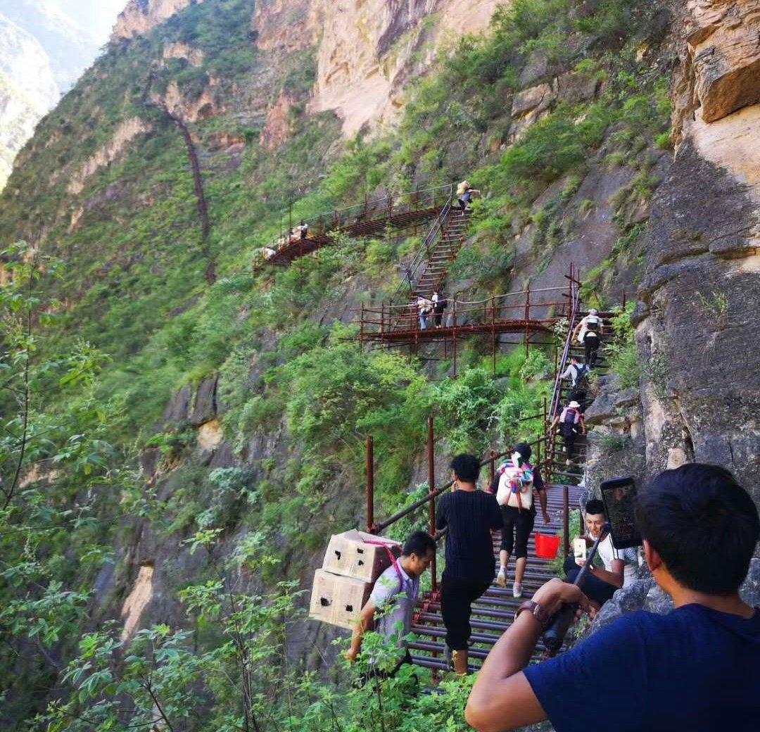 四川涼山彝族自治州昭覺縣的「懸崖村」,因村民出入需要攀爬籐梯(現已變成鋼管梯)而出名。(受訪者提供)