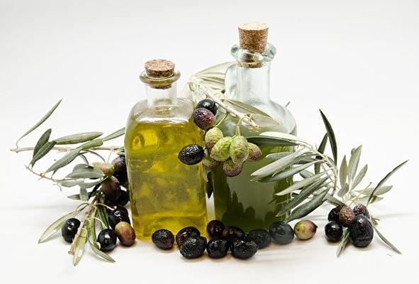 特級初搾橄欖油(左)與初搾橄欖油。(fotolia)
