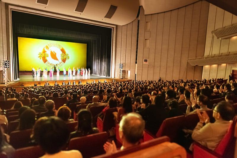 美國紐約神韻藝術團在福岡太陽宮音樂廳的4天5 場演出,2020年1月23日完成最後一場演出,畫上圓滿的記號。(牛彬/大紀元)