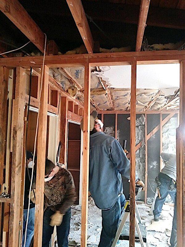 眾人在幫忙修建瓜拉的房屋。(由薩拉‧洛塞爾‧瓜拉提供)