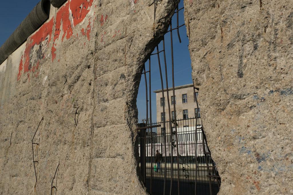 2019年10月31日在德國柏林,柏林牆的一部份作為歷史文物,仍然豎立在市中心。 11月9日將是柏林牆倒塌30周年,柏林牆的倒塌,迅速導致共產黨東德政府垮台。(Sean Gallup/Getty Images)