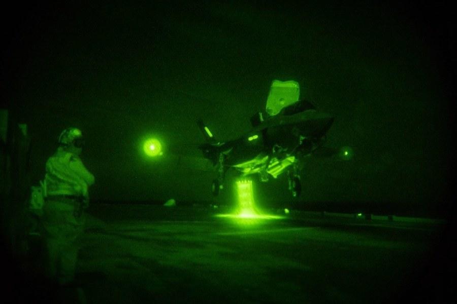 英航母和美艦完成48小時飛行行動 F-35出動