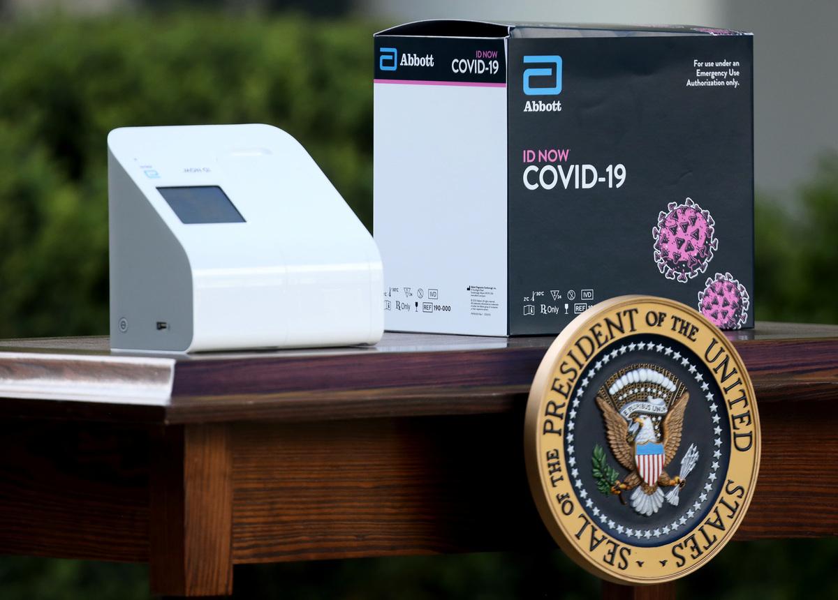 2020年3月30日,在華盛頓特區白宮玫瑰花園舉行的每日中共病毒簡報會,推介了由雅培實驗室(Abbott Labs)開發的新試劑盒。(Win McNamee/Getty Images)