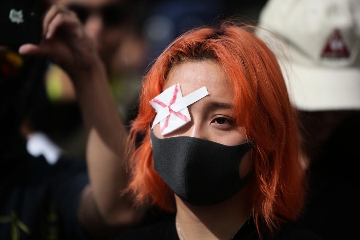 一名親香港的抗議者2019年8月17日參加溫哥華舉行的「反送中」集會。(加通社)