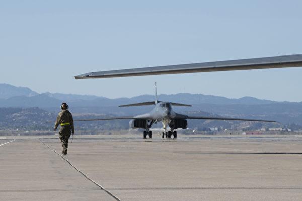 2020年10月1日,美軍第34遠征轟炸機中隊的維護保養隊進駐關島。(美國空軍)