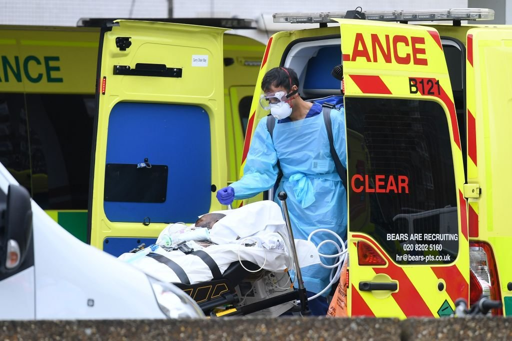 2020年4月1日,英國倫敦聖・托馬斯醫院(St Thomas' Hospital)外,醫護人員正運送病人。(Photo by DANIEL LEAL-OLIVAS/AFP via Getty Images)