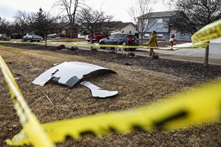 2021年2月20日,在科羅拉多州布魯姆菲爾德市,飛機發動機碎片散落在一個街區。波音777的發動機在從丹佛起飛後發生爆炸,促使該航班返回丹佛國際機場,並在那裏安全降落。(Michael Ciaglo/Getty Images)