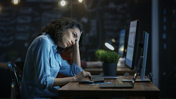 最糟糕的光線是在睡前攝入的光線,無論是明亮的家庭燈光還是屏幕。(Gorodenkoff/Shutterstock)