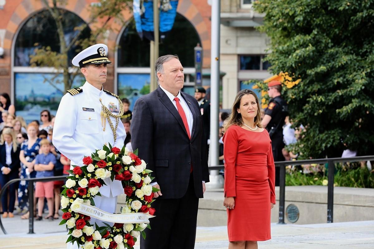 美國國務卿蓬佩奧(中)周四訪問加拿大,並與加拿大外交部長方慧蘭一起在加拿大國家戰爭紀念碑(National War Memorial)獻了花圈。(任喬生/大紀元)