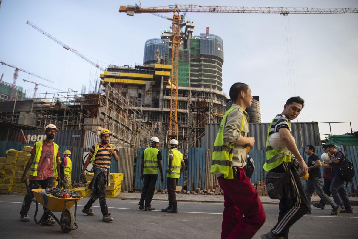 2018年11月10日,中國和斯里蘭卡建築工人在科倫坡一處工地收工後回家休息。(Paula Bronstein/Getty Images)