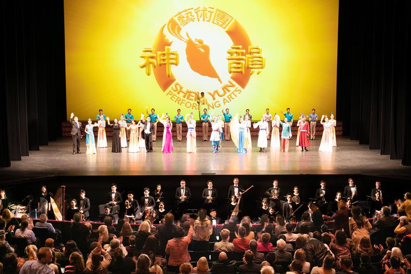 神韻藝術團2020年3月11日在紐約林肯中心大衛寇克劇院演出後演員謝幕。(戴兵/大紀元)