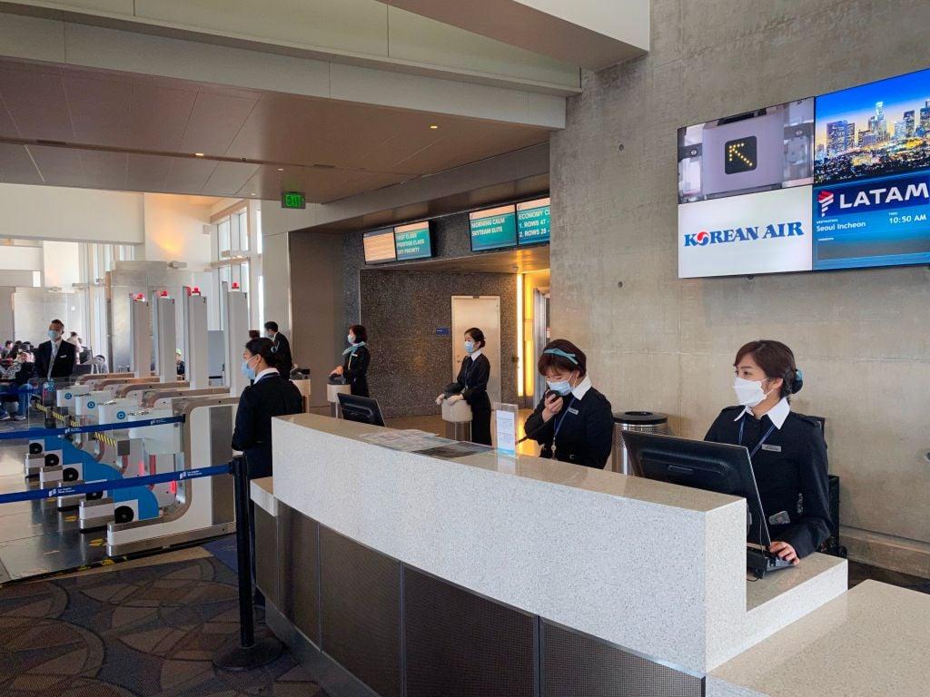 2020年2月12日,在洛杉磯國際機場(LAX)的大韓航空員工戴著口罩,以防止冠狀病毒感染。(DANIEL SLIM/AFP via Getty Image)