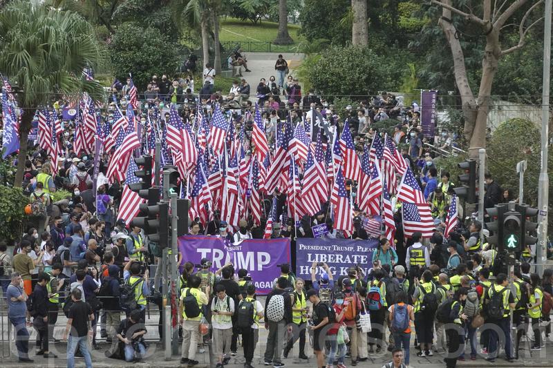 2019年12月1日,香港民眾在中環遮打花園舉行「感謝美國保護香港」大遊行活動。(余鋼/大紀元)