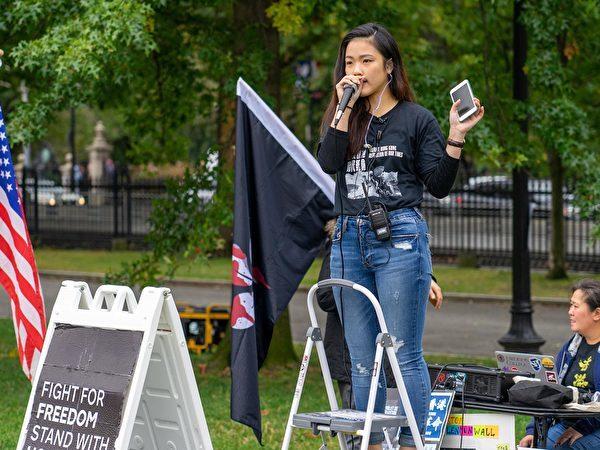 2019年10月12日下午,波士頓香港人及支持者們在波士頓公共公園和市中心集會、遊行。圖為許穎婷強調須獨立調查警察暴力真相。(劉景燁/大紀元)