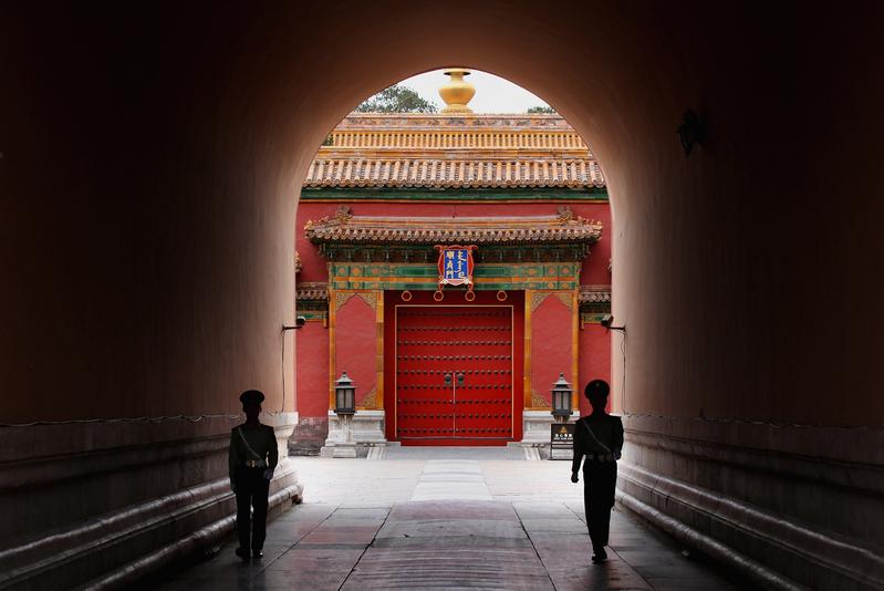 圖為北京的警察在故宮內巡邏。(Getty images)