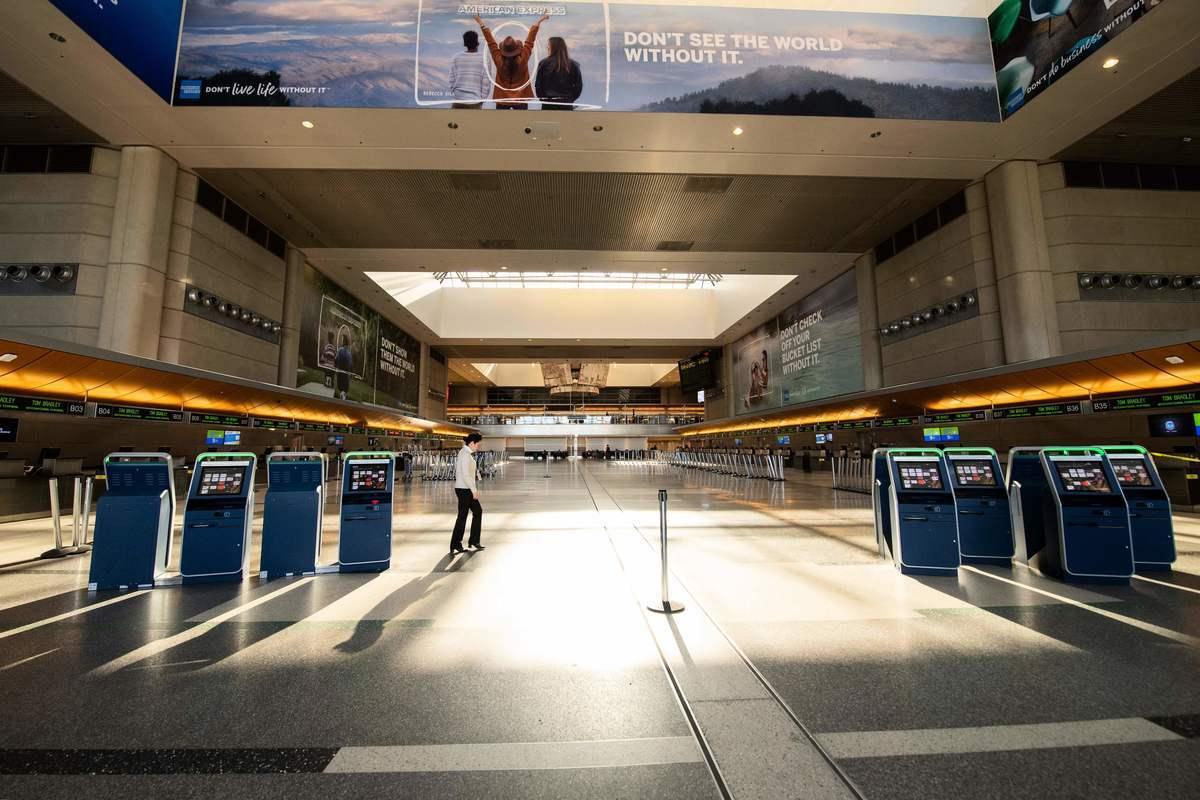 美國當局11日表示,一名從事間諜行動的中共解放軍科學研究員本周在洛杉磯國際機場被捕。圖為洛杉磯國際機場大廳。(VALERIE MACON/AFP via Getty Images)