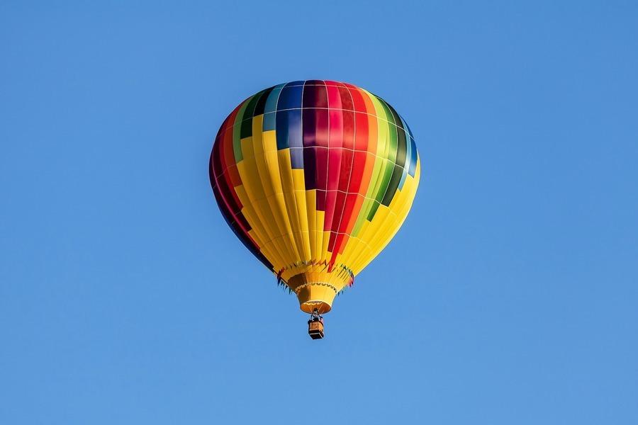 美熱氣球撞電線後著火墜落 五人死亡