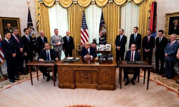 2020年9月4日,美國總統唐納德・特朗普(中)在華盛頓白宮橢圓形辦公室出席簽署儀式並會見了塞爾維亞總統亞歷山大・武契奇(左)和科索沃總理阿夫杜拉・霍蒂(右)。(Anna Moneymaker/Pool/Getty Images)