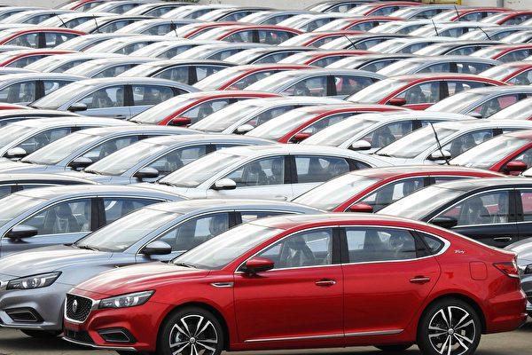 受中美貿易戰和疫情影響,中國進出口降幅超過預期。圖為2019年10月14日江蘇連雲港等待出口的汽車。(AFP/Getty Images)