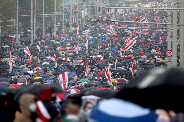 白俄羅斯2020年10月11日的抗議活動現場。(STRINGER/AFP)