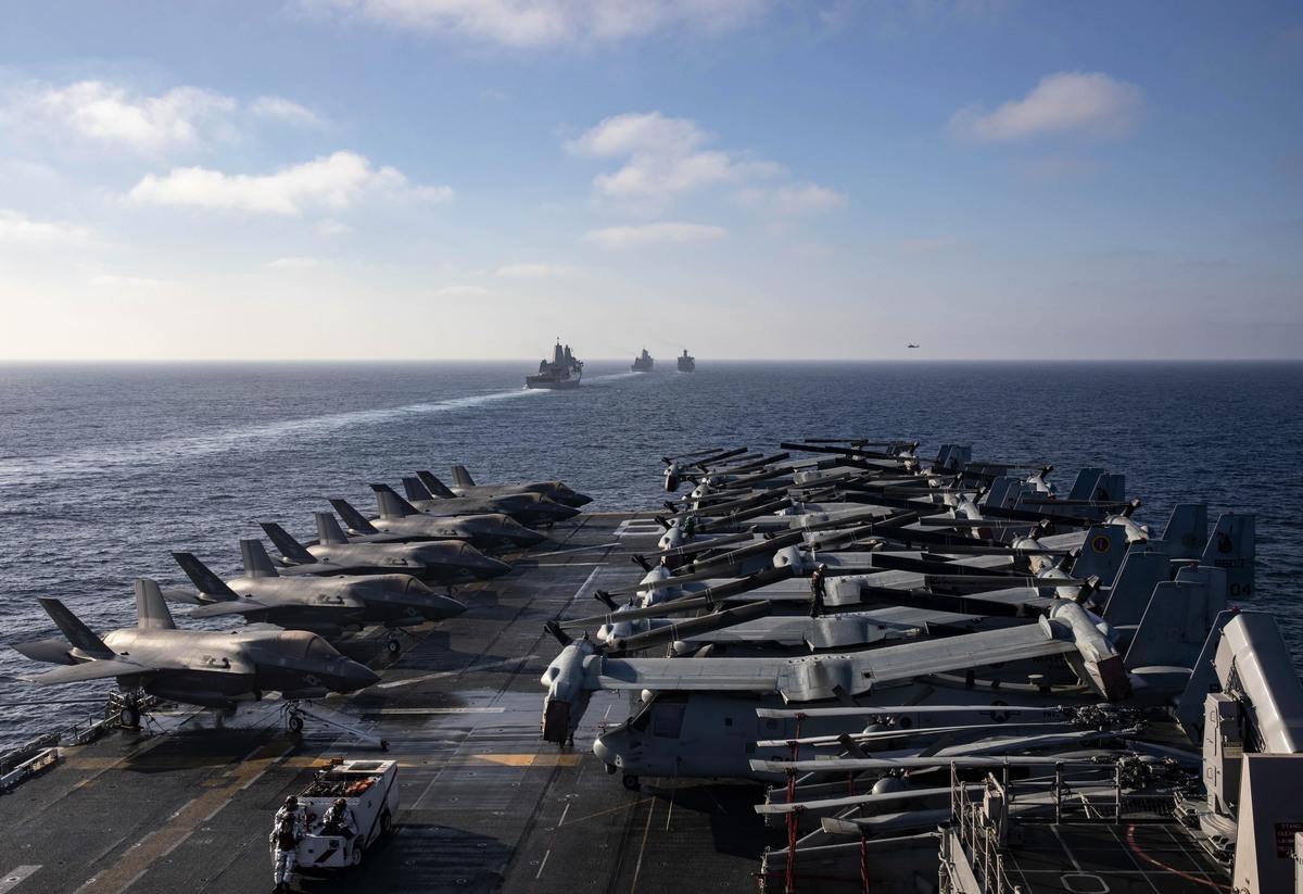 10月30日,兩棲攻擊艦馬辛島號(LHD 8)和其它艦艇、第15海軍陸戰隊遠征隊在太平洋訓練。(美國海軍)
