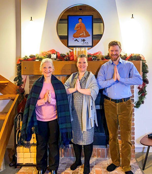 索尼婭(中)、丈夫費里克斯(左)、母親卡門(左)恭祝李洪志師父新年快樂。(明慧網)