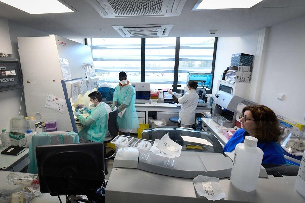 2020年2月26日,馬賽。來自「大學醫院研究所」(Institut Hospitalo-Universitaire,簡稱IHU)「地中海感染研究所」(Mediterranee Infection Institute)的醫務人員正在實驗室中分析可能存在中共病毒COVID-19的樣品。(GERARD JULIEN/AFP)