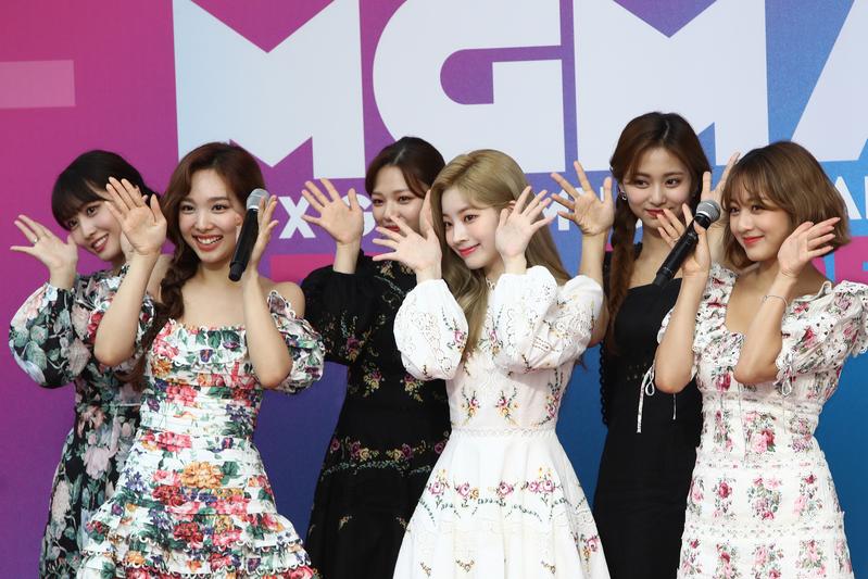 TWICE出席Genie Music Awards資料照,左起Momo、娜璉、定延、多賢、子瑜、志效。(Chung Sung-Jun/Getty Images)