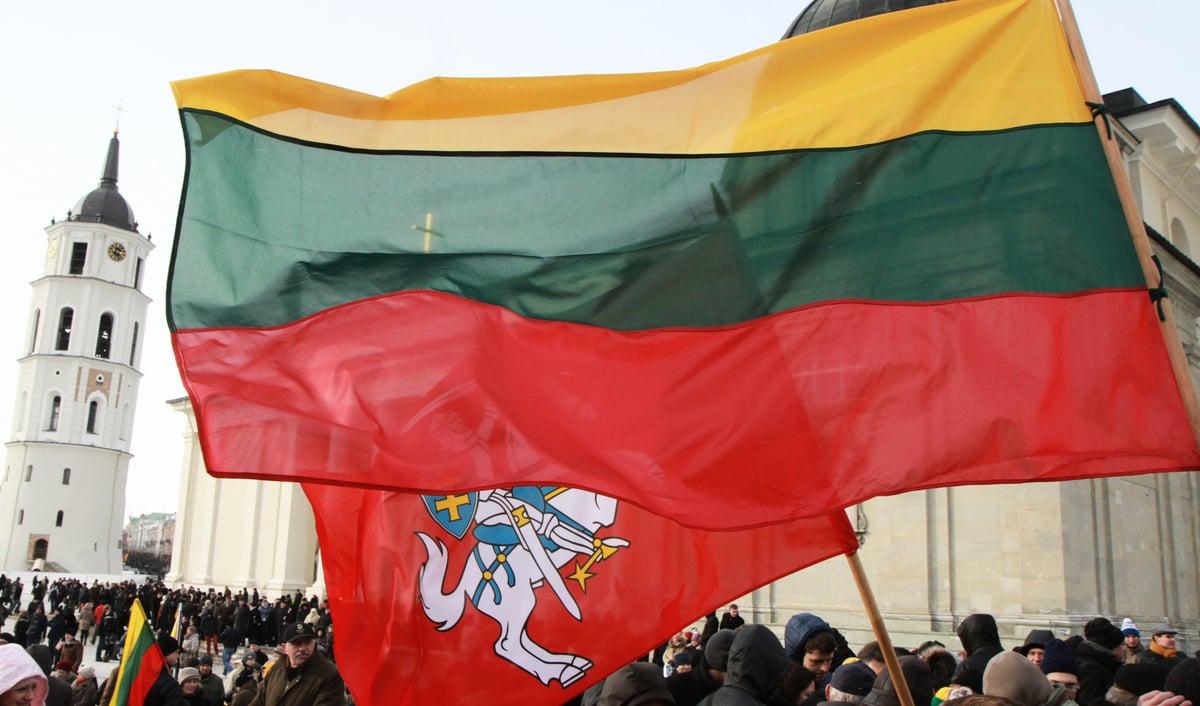 立陶宛因宣布在首都設立「駐立陶宛台灣代表處」,引發中共召回大使、經濟制裁等報復手段,不過立陶宛堅持不在與中共等國家的爭端上退讓。圖為立陶宛國旗。(PETRAS MALUKAS/AFP via Getty Images)