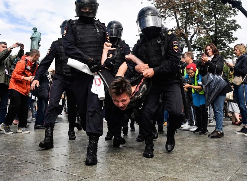 籲公平選舉政改 莫斯科逾800示威者被捕