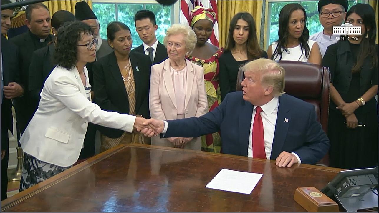 美國總統特朗普7月17日下午在白宮與來自中國、土耳其、北韓、伊朗和緬甸在內的17個國家的宗教迫害倖存者會面,其中包括法輪功學員張玉華(左一)。(白宮影片截圖)