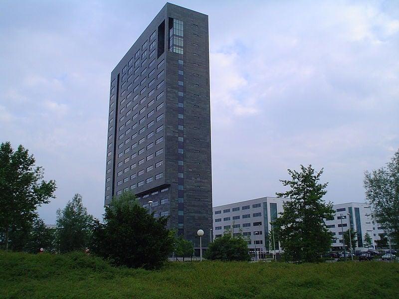 中國員工竊取荷蘭半導體設備製造商艾司摩爾公司(ASML Holding N.V.)的技術,給該公司造成數億美元的損失。圖為ASML在荷蘭費爾德霍芬(Veldhoven)的總部。(維基百科公有領域)