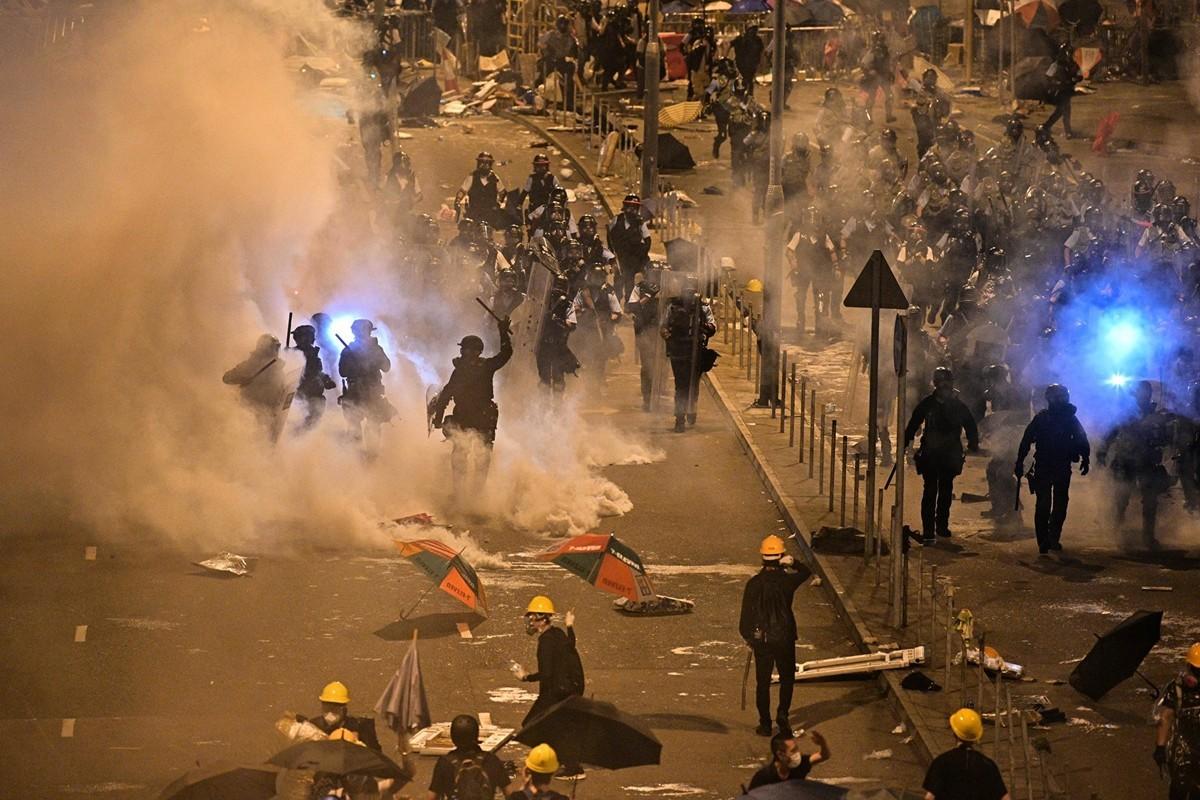 55萬港人參加7月1日遊行。之後,一批示威者衝進立法會大樓,表達五大訴求,被警方武力驅離。(ANTHONY WALLACE/AFP/Getty Images)