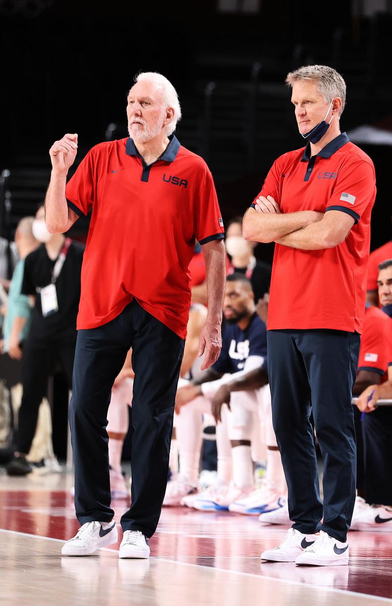 馬刺隊主教練波波維奇(左)率領美國隊出戰,他的助手是勇士隊主教練科爾(右)。(Gregory Shamus/Getty Images)