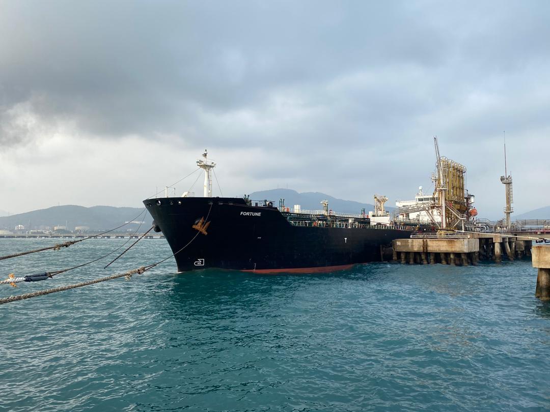 2020年5月25日,懸掛伊朗國旗的油輪「財富」(Fortune)在到達委內瑞拉卡拉博博(Carabobo)北部卡貝略港(Puerto Cabello)後,停靠在埃爾帕利托(El Palito)煉油廠。《華爾街日報》援引美國官員的話於8月13日報道說,美方已扣押四艘船上違禁運往委內瑞拉的伊朗石油。(Venezuelan Ministry of Popular Power for Communication(MINCI)/AFP)