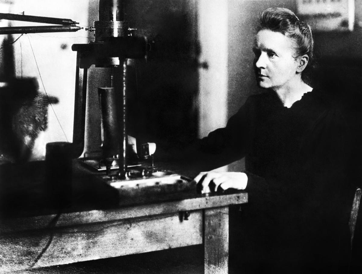 1925年,瑪麗‧居里教授在巴黎大學實驗室工作。(AFP via Getty Images)