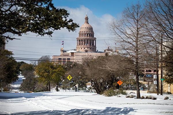 2021年2月中旬強烈暴風雪侵襲美國,一向溫暖的德州,都變成一片銀白世界。圖為2021年2月15日,德州奧斯汀,道路上被積雪覆蓋。 (Montinique Monroe/Getty Images)