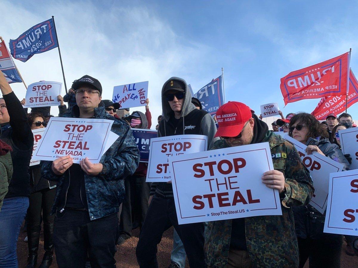 11月8日,大量選民聚集在內華達州克拉克縣(Clark County)拉斯維加斯的競選總部前,要求停止選舉舞弊、公開計算每一張「合法選票」。(姜琳達/大紀元)