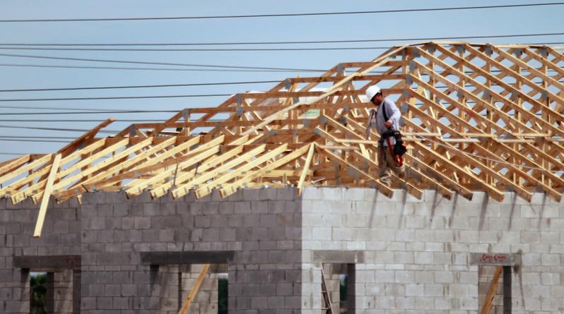 隨著單戶和多戶家庭住宅建築的加速,美國房屋建築在5月飆升至135萬套,達11年來高位,超過專家預期。但房屋建築許可連續第二個月下降,表明住房市場活動將會保持溫和。(Joe Raedle/Getty Images)
