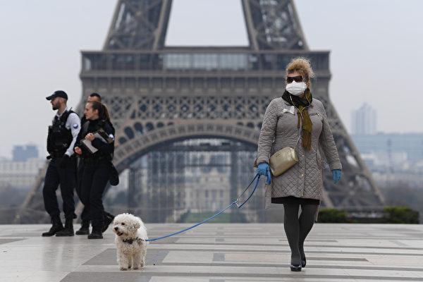 中共肺炎肆虐歐美,中共不斷對歐洲各國以贈防疫物資方式,想藉機會拉攏歐盟對抗美國。圖為2020年3月18日,法國一名女子在巴黎鐵塔廣場上遛狗。(Pascal Le Segretain/Getty Images )