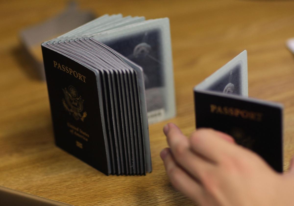 歐盟最快今年6月推出「疫苗護照」,但不保證防疫時效,仍會傳播病毒,故民眾仍須防疫。( Joe Raedle/Getty Images)